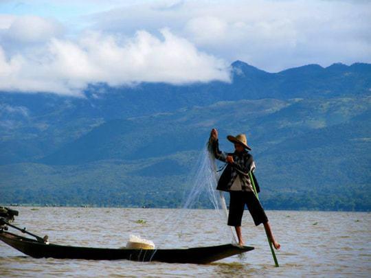 myanmar leg rowers inle