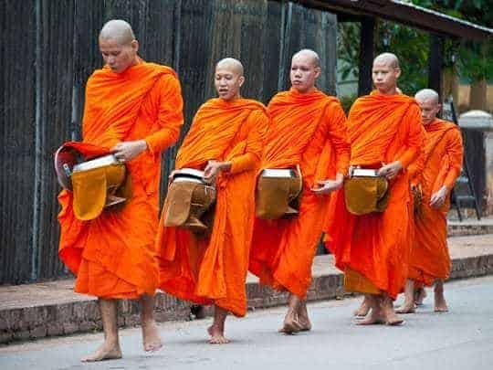 Mönche beim Almosensammeln