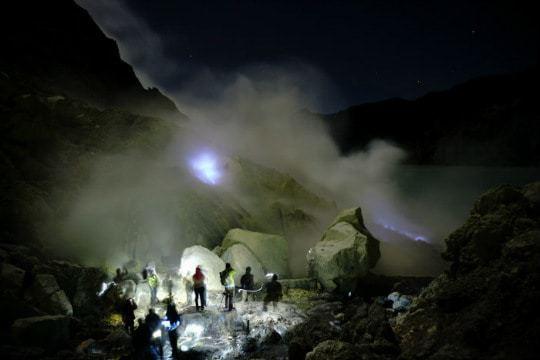 Ijen_Crater_Blue_Fire