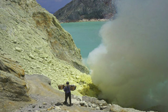 ijen_crater_lake