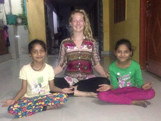 teaching-yoga-to-the-kids-in-rishikesh