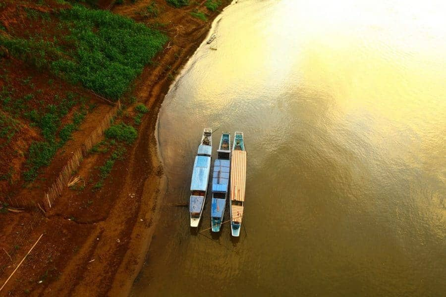 The-ou-river,-and-boats-SImon-Bond-Laos