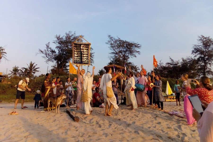 Hare Kishnas on Arambol Beach - Spiritual Extremists