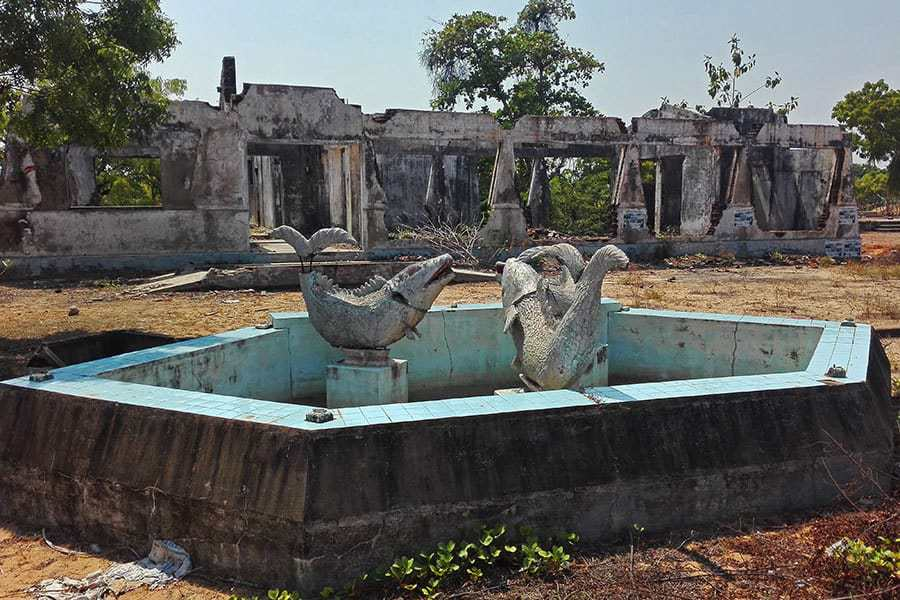 Derelict-resort-destroyed-by-either-war-or-tsunami-in-Navalady,-Baticaloa,-Sri-Lanka