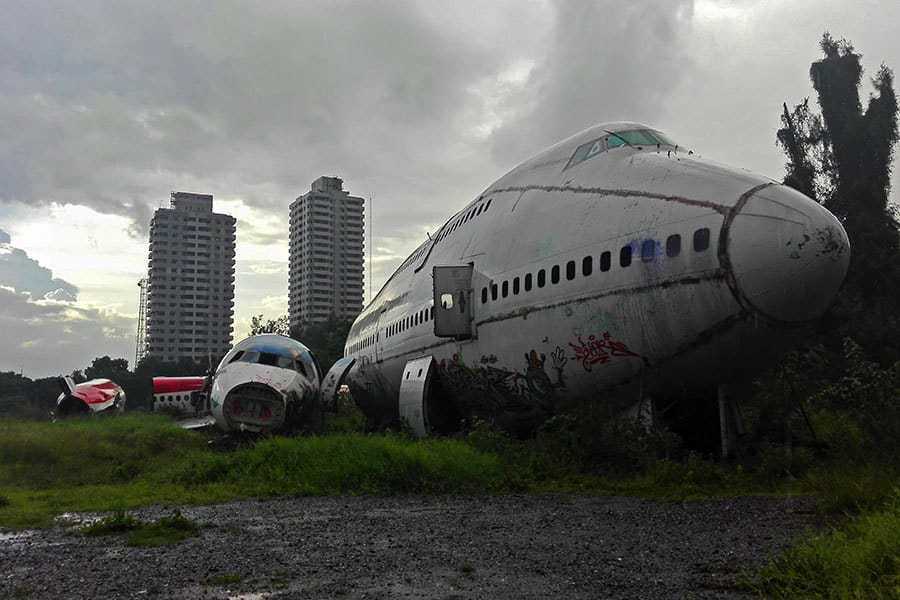 Planes-seen-front-on-at-the-aeroplane-graveyard-in-Bangkok,-Thailand