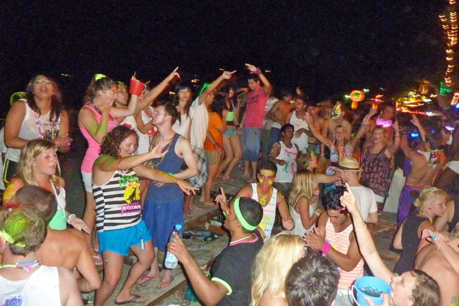 Dancing-at-the-Full-Moon-Party