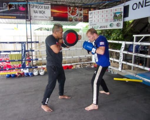 2 men Muay Thai fighting