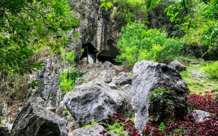 Vieng Xai cave set into cliff.